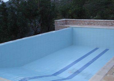 Εσωτερική επένδυση πισίνας-Πισίνα με καταρράκτη και επένδυση με ειδικά πλακίδια